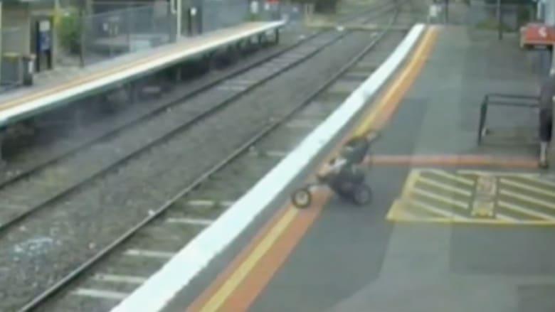 عربة تقع على سكة قطار وبداخلها طفل