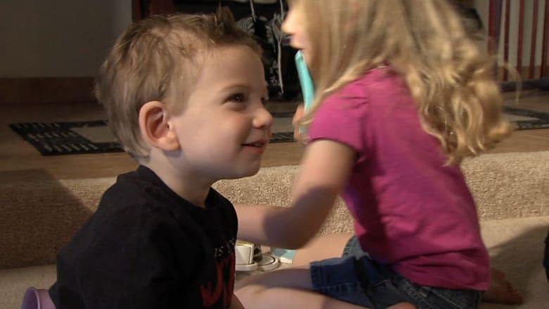 طفل أصم يسمع صوت والدته لأول مرة