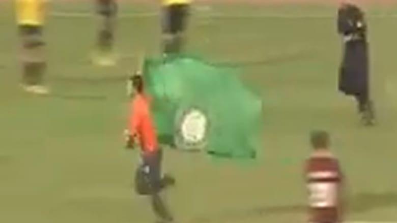 مشهد مضحك.. مشجّع يقتحم الملعب ويراوغ رجال الأمن خلال مباراة بين فريقين لبنانيين