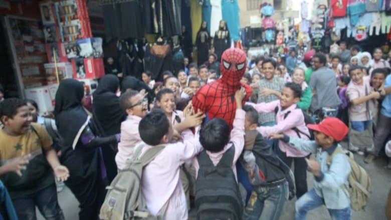 سبايدرمان المصري.. بطل واقعي يستقطب قلوب الأطفال