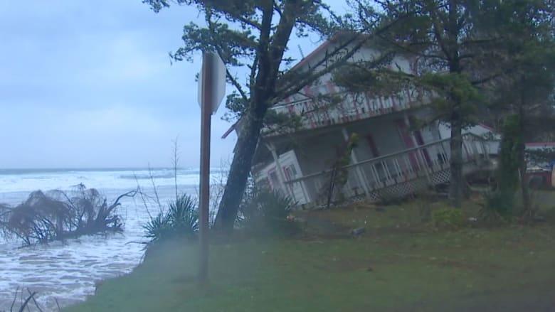 الكاميرا تصور منزلا وهو يسقط في البحر!