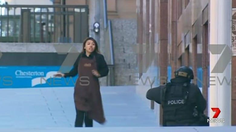 شاهد فرار رهائن من مقهى في استراليا