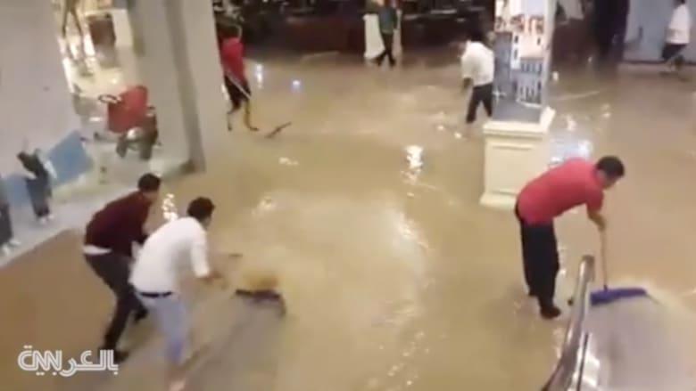 """بالفيديو.. جهود نضح المياه المتدفقة بأحد """"مولات"""" الأردن بعد الأمطار الغزيرة"""