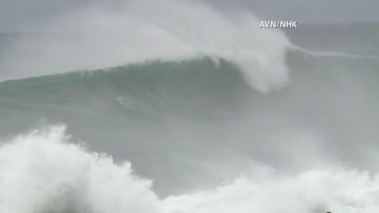 بالفيديو.. إعصار قوي يضرب اليابان ويربك الملاحة الجوية