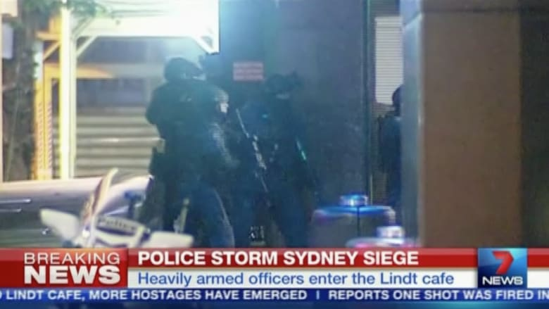 بالفيديو..لحظة اقتحام الشرطة الأسترالية المقهى الذي احتجز به الرهائن