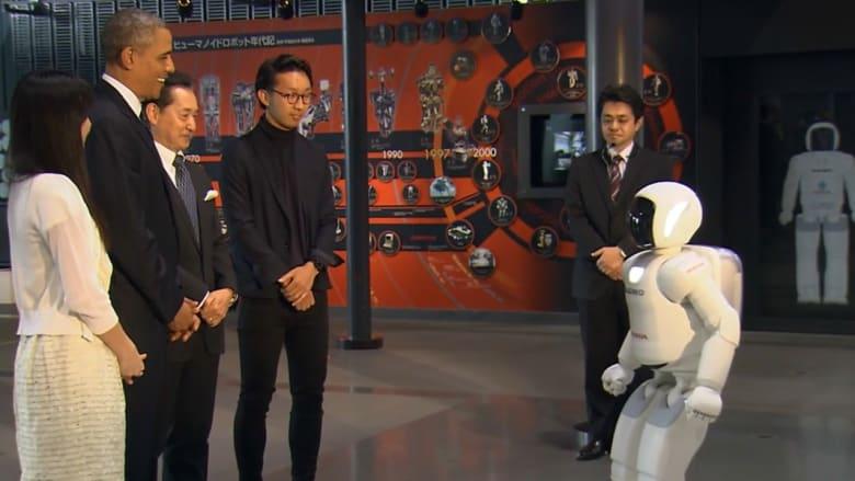 روبوت ياباني يستقبل أوباما ويلعب معه كرة القدم