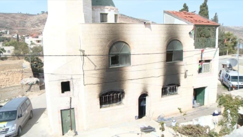 بالفيديو.. إحراق مسجد في رام الله وكتابات عنصرية بالعبرية على جدرانه