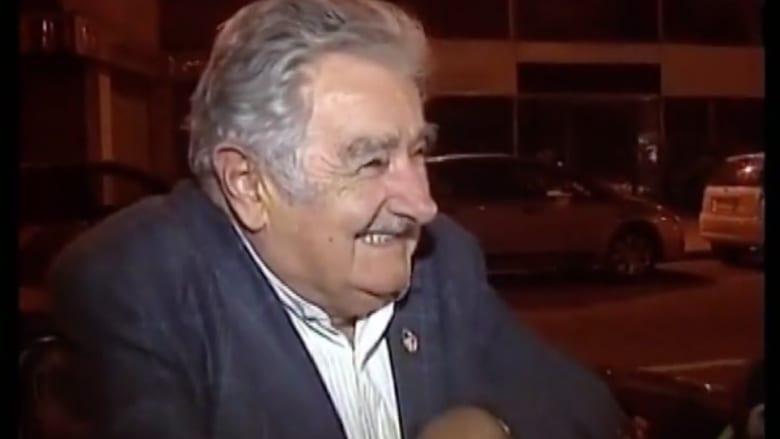 أفقر رئيس في العالم يقطع حوارا تلفزيونيا ويمنح 100 دولار لمتسول