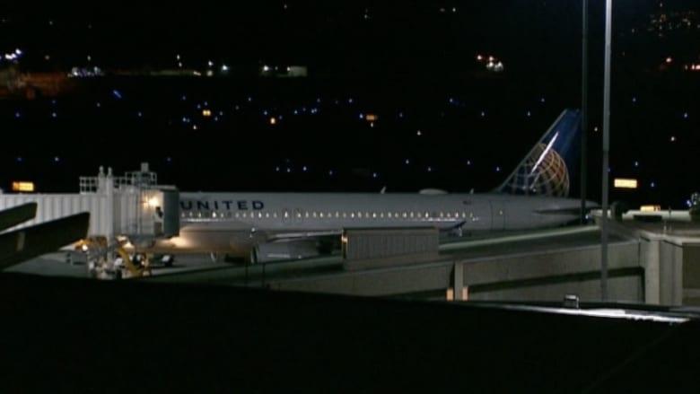 بالفيديو.. هبوط اضطراري لطائرة أمريكية تعطل محركها في الجو