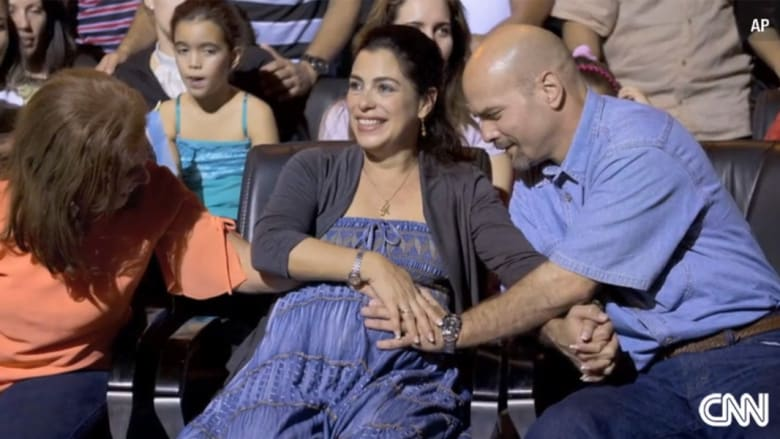 """لغز جاسوس كوبي: حُكم بمؤبدين بأمريكا وزوجته ممنوعة من دخول البلاد.. يعود لتستقبله """"حاملا"""" بطفله"""
