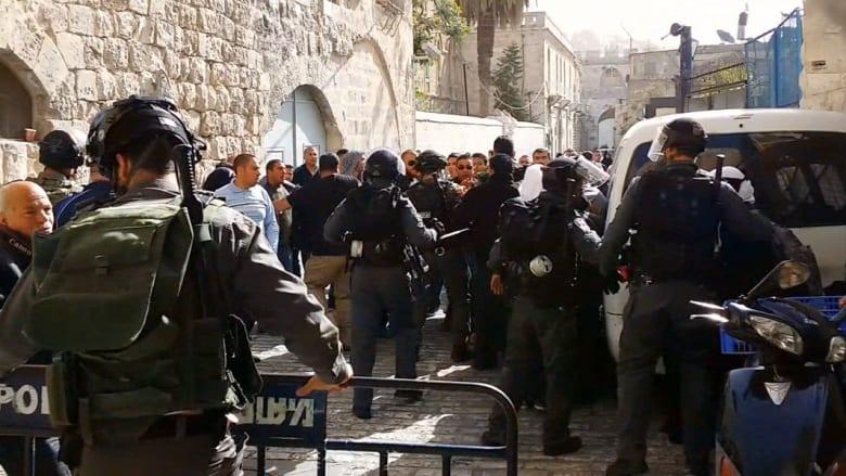 اشتباكات بين الشرطة الإسرائيلية وفلسطينيين في باحة المسجد الأقصى