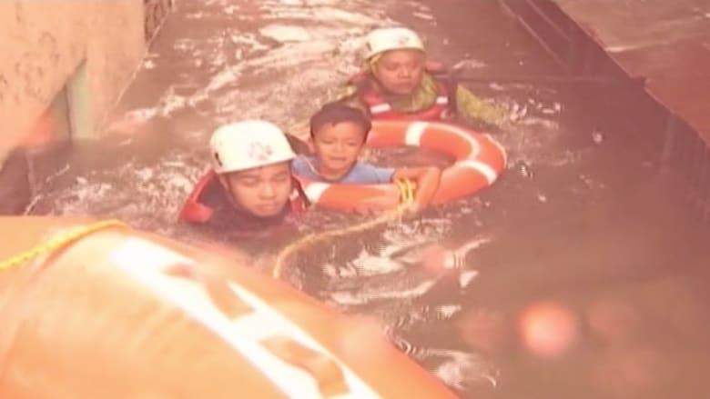 بالفيديو.. الكاميرا توثق لحظة انقاذ أطفال من فيضانات الفلبين