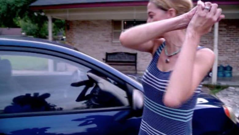 بالفيديو.. امرأة تكسر زجاج السيارة بيديها لتنقذ طفلا بداخلها