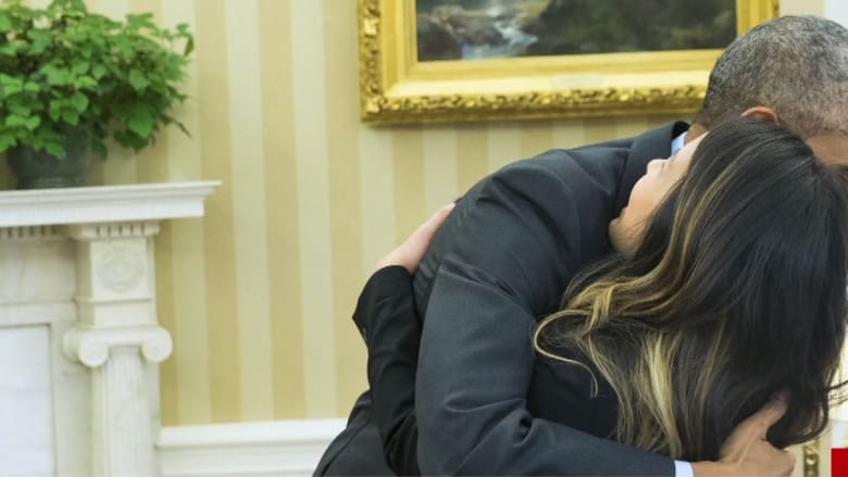 """أوباما يعانق أول أمريكية أصيبت بفيروس """"إيبولا"""" بعد شفائها"""