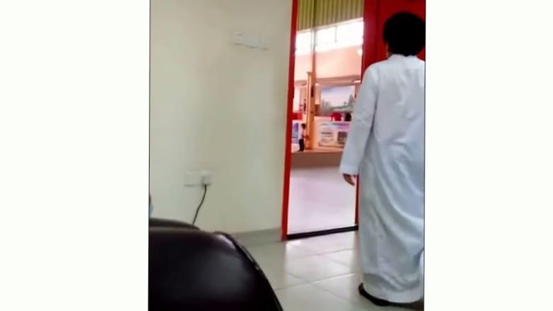 """فيديو لـ """"معلم يسخر من طالب بطريقة مهينة"""" يحدث جدلاً بالسعودية"""