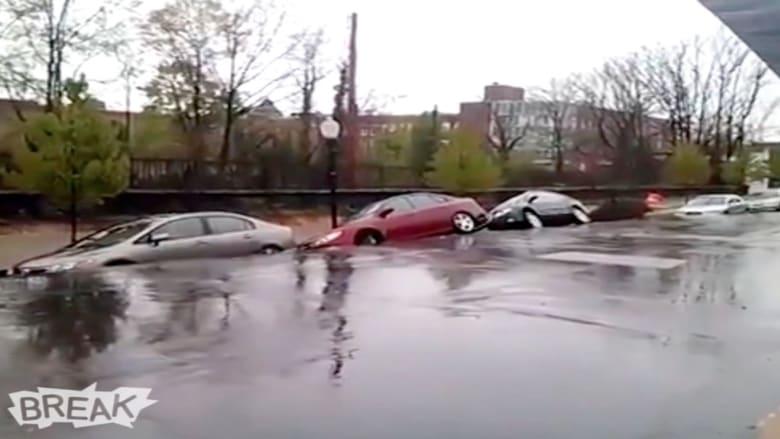 حفرة جحيم تبتلع صف كامل من السيارات