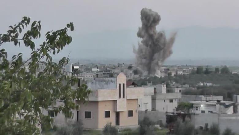 """بالفيديو.. لحظة سقوط براميل متفجرة """"سامة"""" على بلدة كفر زيتا"""