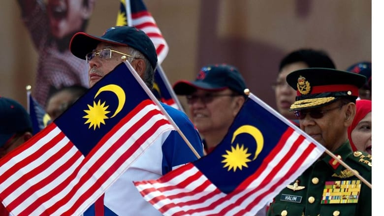 كوالالمبور، ماليزيا- ملك ماليزيا عبد الحليم معظم شاه (يمين) ورئيس الوزراء نجيب رزاق (يسار) يحضران عرضا عسكرياً في اليوم الوطني 31 أغسطس/ آب 2014