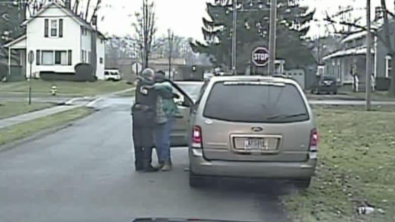 دولارات بدل المخالفات توزعها الشرطة في مقاطعة أمريكية بعيد الميلاد