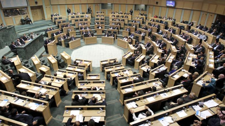 الأردن: البرلمان يفشل بإسقاط الحكومة على خلفية مقتل القاضي بإسرائيل