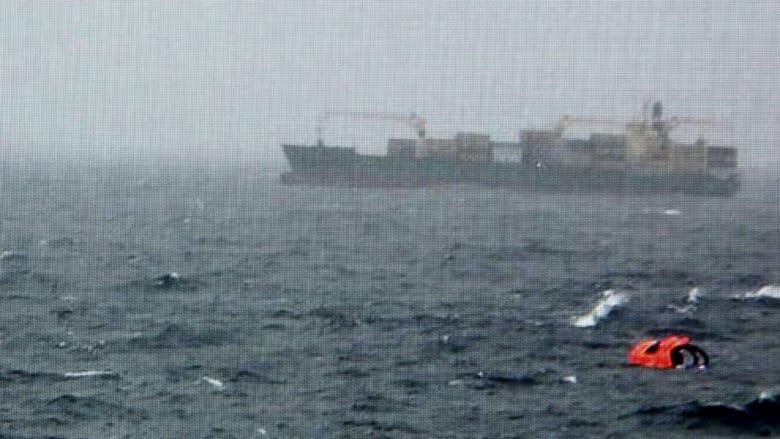 بعد يوم عصيب في العالم جواً وبحراً.. شاهد محاولات إنقاذ المسافرين على متن العبارة على سواحل اليونان