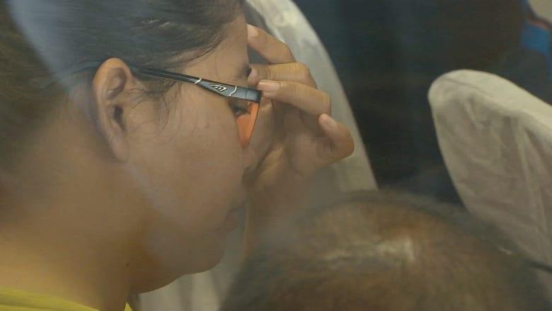 """البحث عن طائرة """"طيران آسيا"""" مستمر وأهالي الركاب يغالبون دموعهم"""