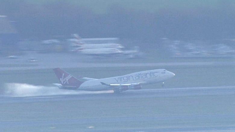 بالفيديو.. لحظة هبوط طائرة فيرجين بسبب عطل فني بمطار غاتويك البريطاني