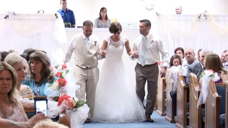 فتاة تتمكن من المشي في حفل زفافها لأول مرة بعد 3 سنوات من إصابتها بالشلل