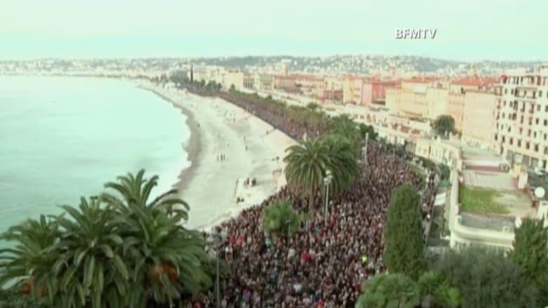 آلاف الفرنسيين في مدينة نيس يتضامنون مع ضحايا الهجمات