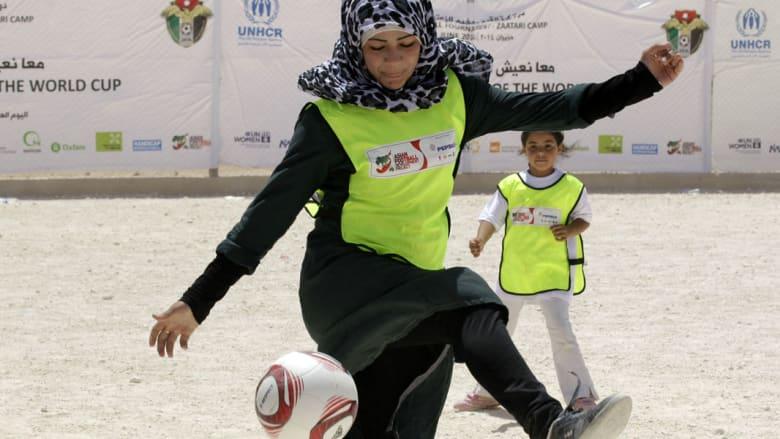 فتاة لاجئة سورية تلعب بالكرة في مخيم الزعتري