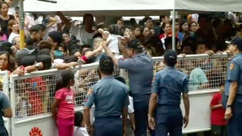 """الشرطة الفلبينية تساعد الأطفال على """"رؤية أفضل"""" للبابا فرانسيس"""