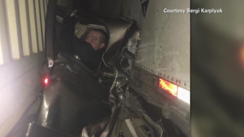 """سائق ينجو بأعجوبة بعد أن حشرت مركبته كـ""""ساندويتش"""" بين شاحنتين"""