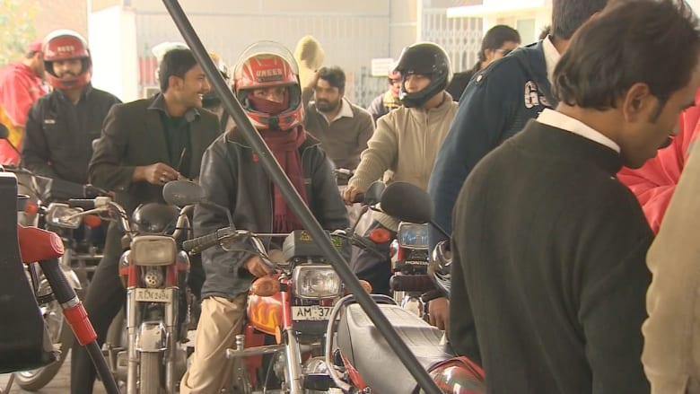 """""""أزمة البنزين"""" تشلّ باكستان"""