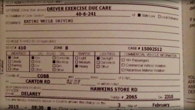 """شرطي يخالف سائقا لتناوله """"شطيرة بيرغر"""""""