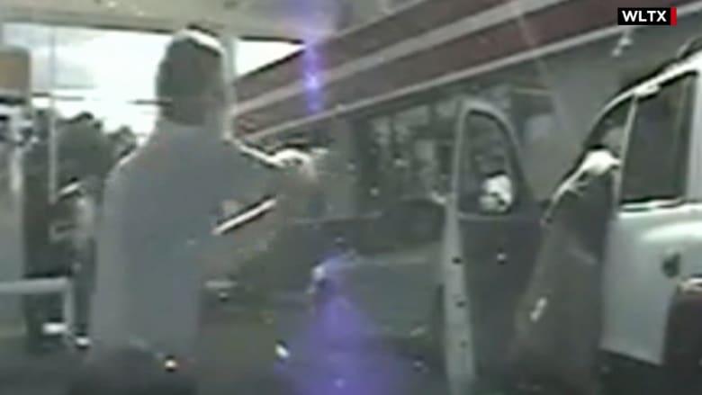 شرطي يصيب رجلاً طلب منه رخصة القيادة.. وكاميرا توثق نهاية حياة شرطي آخر