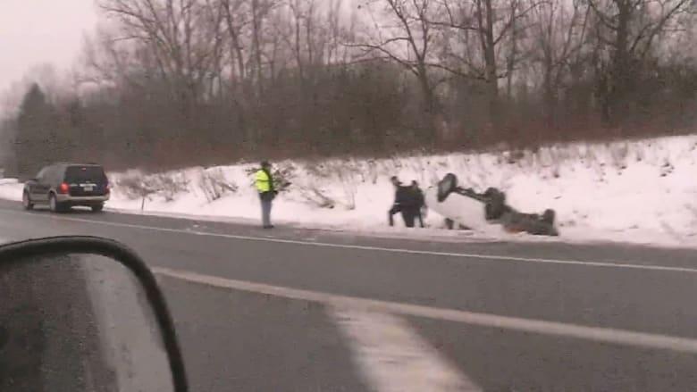 شاهد.. انزلاق وتدهور مركبات بسبب تساقط الثلوج