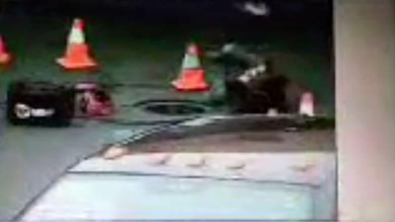 نجاة رجل من الموت بعد أن دهسته سيارة أثناء صيانته لحفرة في الشارع