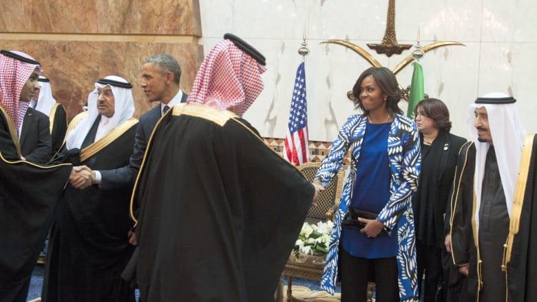 """فيديو مشيل أوباما بالسعودية """"المصافحة وكشف الرأس"""" الذي أثار الجدل"""