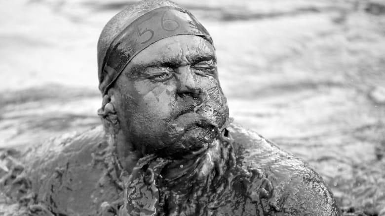 متنافس في مسابقة السباحة