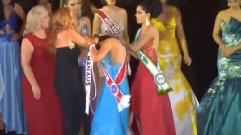 نزع تاج الملكة .. فوضى عارمة في مسابقة جمال الأمازون