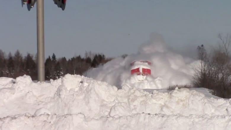 بالفيديو.. قطار يكمل رحلته رغم الثلوج الكثيفة