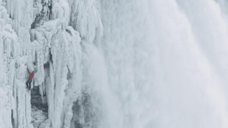 بالفيديو.. شاهد كيف تسلق هذا الشاب مياه شلالات نياغرا؟
