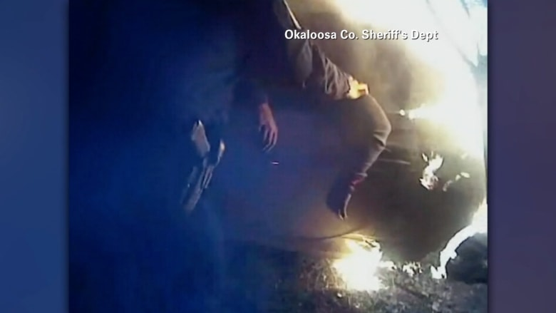 شاهد عملية إنقاذ رجل من سيارة مشتعلة