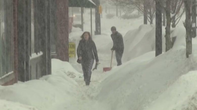 بوسطن.. الثلوج تعطل كل شيء.. القطارات و المدارس والمحاكمات الجنائية