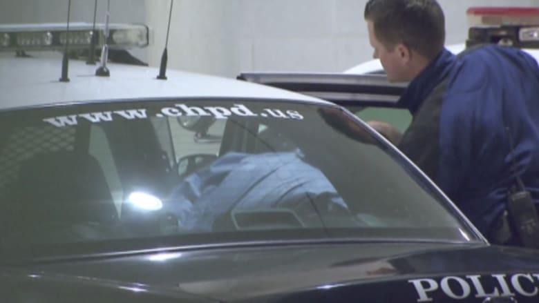 شاهد.. لحظة وصول المتهم بقتل 3 طلاب مسلمين برصاص في الرأس إلى السجن بكارولينا