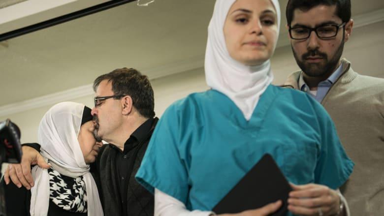 والد ضحية اطلاق النار شادي بركات، يقبل زوجته وتظهر ابنتهما سوزان وهي تغادر بعد مؤتمر صحفي