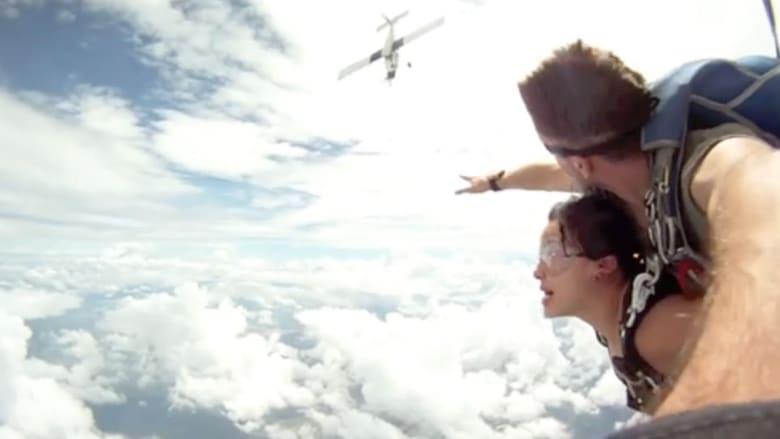 شاهد لاعبا القفز الحر على وشك الارتطام بطائرة