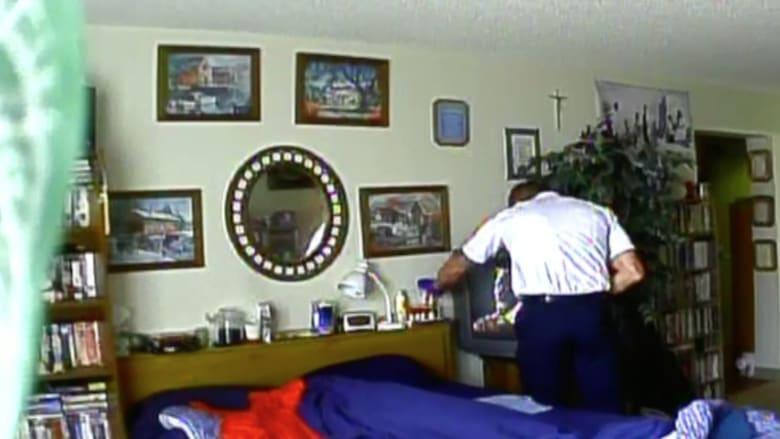 فضحته الكاميرا وطرد من العمل.. رجل إسعاف يسرق دواء المريضة!