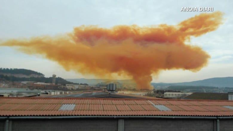 """""""انفجار كيميائي"""" في اسبانيا يتسبب بتكون سحابة سامة برتقالية اللون"""