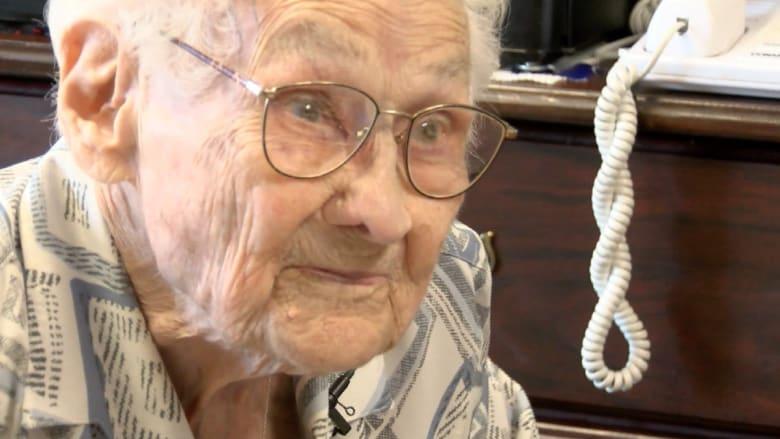 """تحتفل بعيد ميلادها الـ 106 رغم شربها """"البيبسي"""" يوميا وكرهها للخضار"""